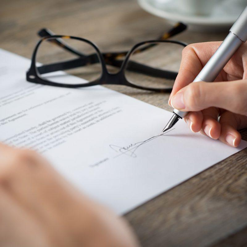 Vertragsunterzeichnung Brille Hände Kugelschreiber